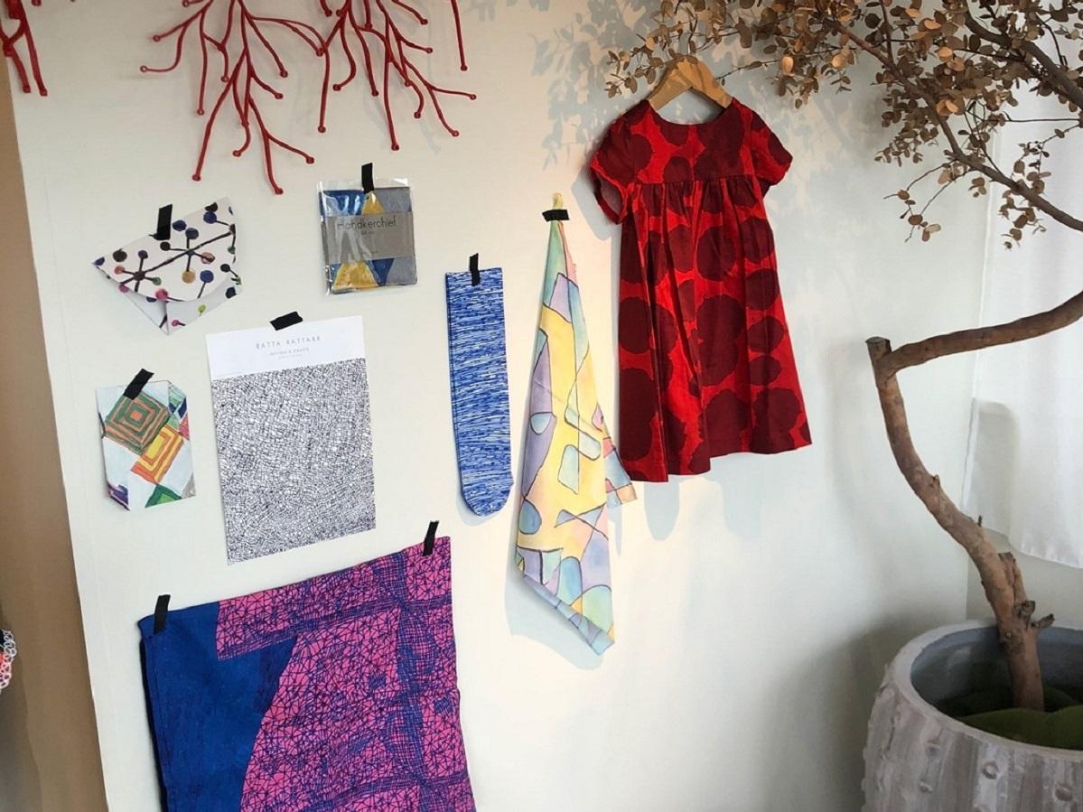 洋服や小物、雑貨などさまざまなプロダクト商品を用意する