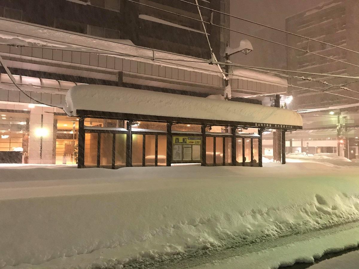 雪に埋もれる市内電車の「西町」電停前(居酒屋「虎楽」店主・竹村良太郎さん提供)