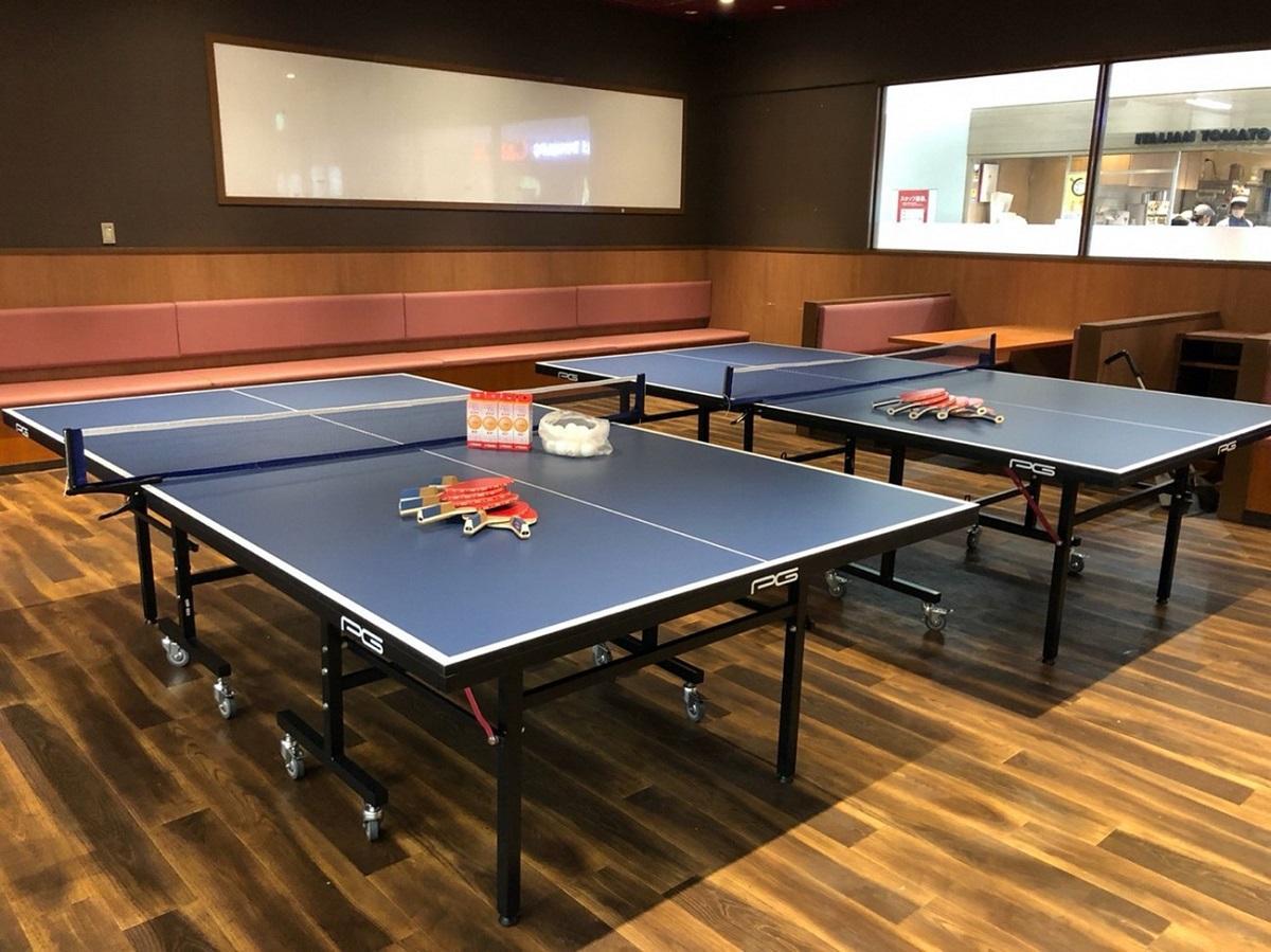 卓球台が設置された「まちなかピンポン」空間