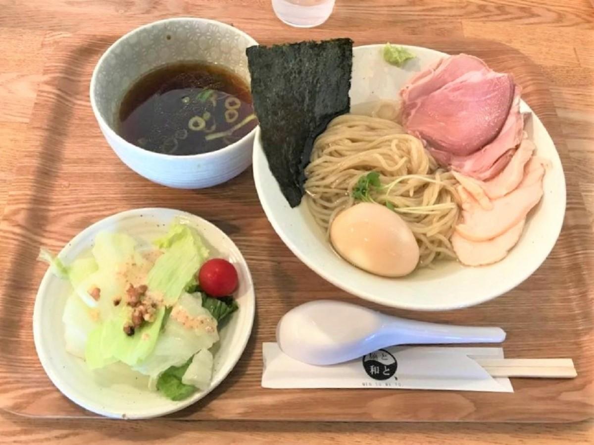 煮卵と肉盛りをトッピングした「昆布水つけ麺 贅」(1200円)