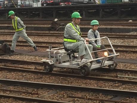 保線用の軌道自転車に乗車し、鉄道員の業務を体験 - 富山経済新聞