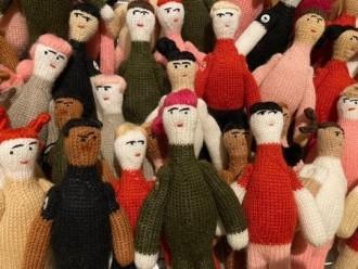 富山の生花店で人形展 毛糸人形60体展示、販売も