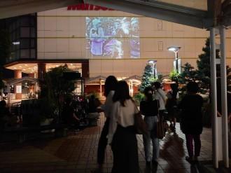 豊田市駅西口で屋外上映会 チャップリンの無声映画上映