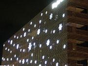 つくば駅前・「ライトオン」本社ビル壁面に雪の結晶イルミネーション点灯