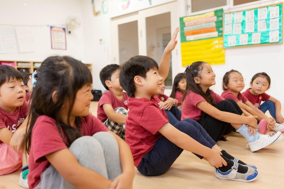 授業を受ける園児たち