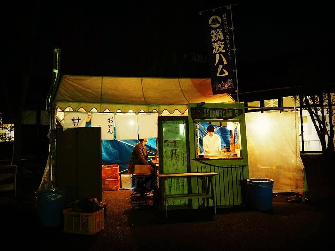 冬の夜に明かりをともす、だるまストーブも完備する特設店舗