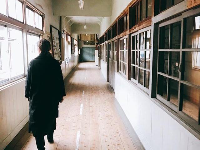 会場となる旧朝日小学校の校舎
