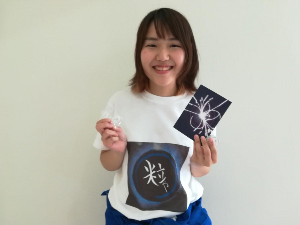 青木優美さんと「粒や」グッズ
