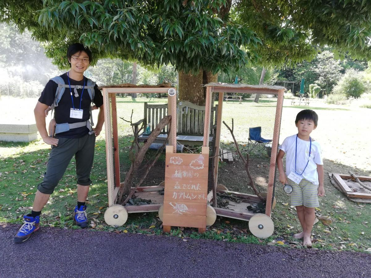 カブトムシハウスを囲む川村さんと龍之介さん