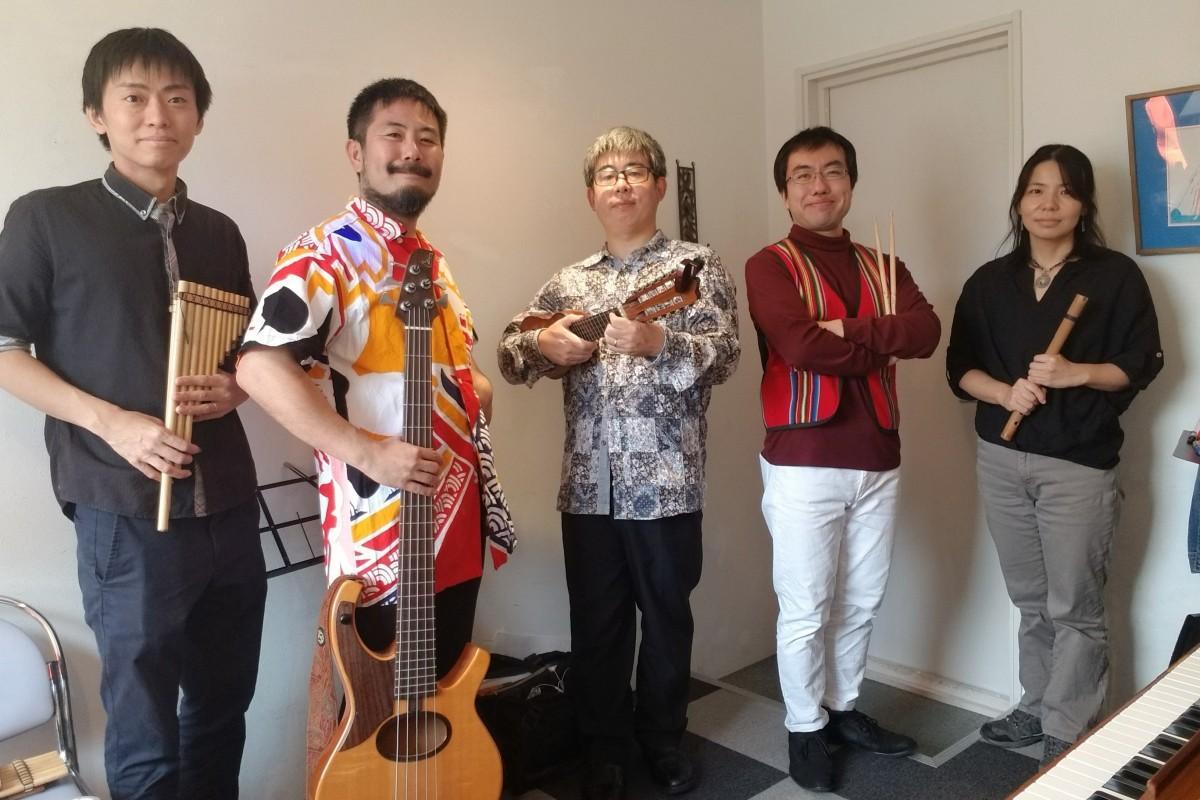 アシタバのメンバー。楽器は左からサンポーニャと呼ばれる笛、ギター、チャランゴ、パーカッション、ケーナ