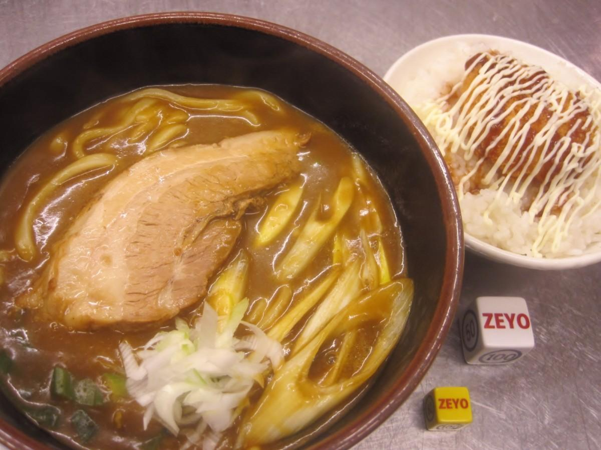 看板メニューのカレーうどんとコロッケ丼。学生はコロッケ丼を10円で食べられる