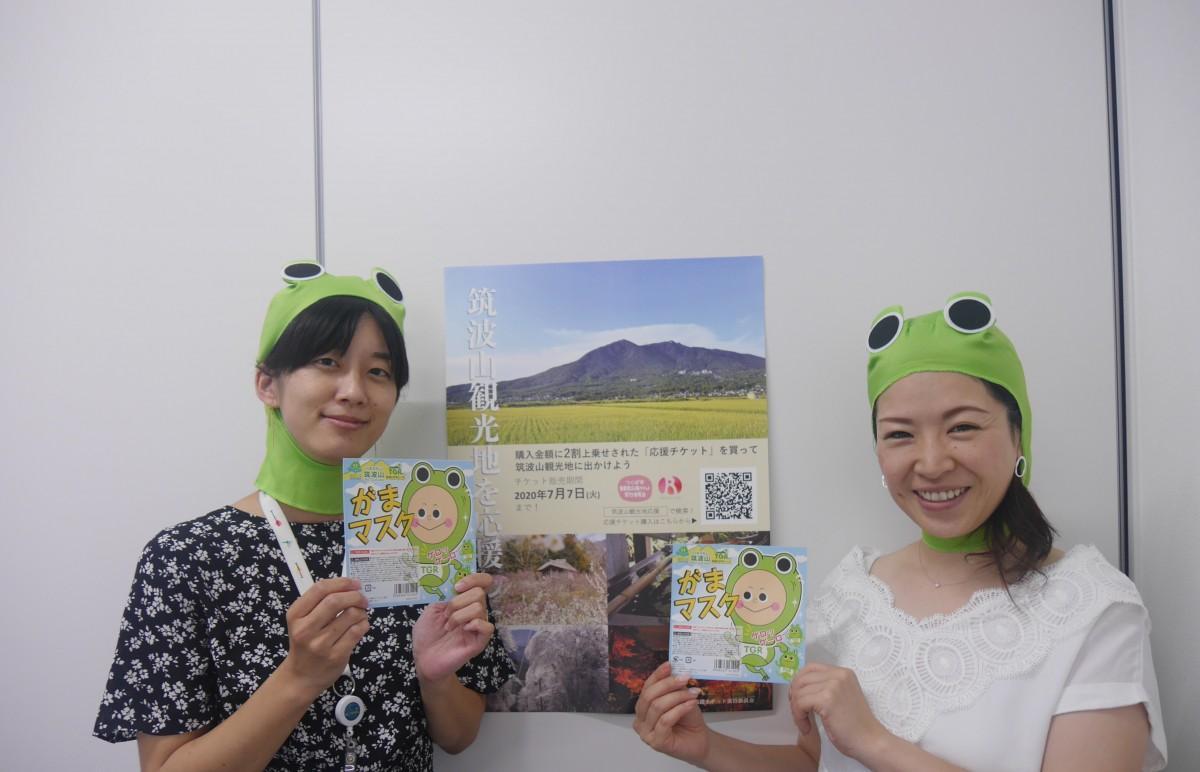 実行委員の小松愛実さんと今井雪子さん。リターンの一つであるガママスクを着用