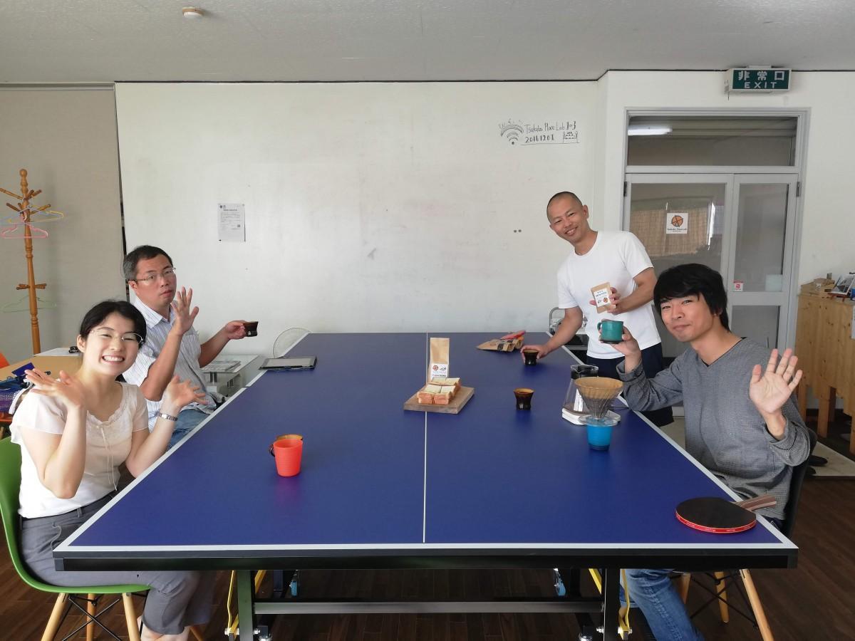 参加者はソーシャルディスタンスを取りながらコーヒーを楽しむ。