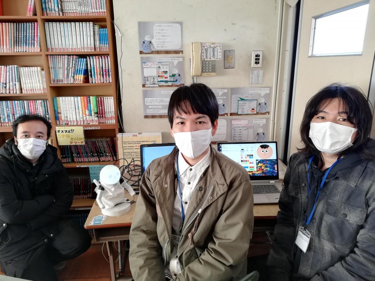 図書紹介ロボット「しゃべるん」と、研究に関わる筑波大の大澤博隆さん、学生の幡野陸さん、堀野航平さん