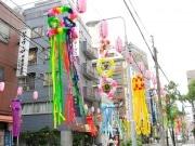 下町の風物詩-かっぱ橋本通りで「七夕まつり」、彩りも鮮やかに