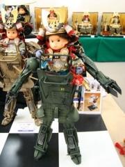 「モビルスーツ型」五月人形登場-飾台左右にガトリング砲とミサイル