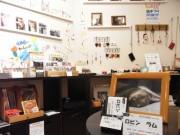 谷中の猫雑貨店「みゃうみゃう」が2周年-店主の飼い猫2匹も毎日出勤