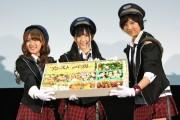 AKB48メンバー、鉄道専門の高校で駅弁手渡す-未来の鉄道マンにエール