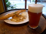 谷中よみせ通りに地ビールパブ「ビアパブイシイ」-国産地ビール取りそろえ