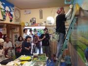 根岸のお好み焼き店、壁画リニューアル-銭湯ペンキ絵師が描画ライブ