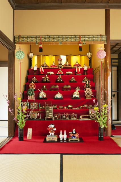 千駄木の旧安田楠雄邸で「ひなまつり」 最上段には2組のおひなさま