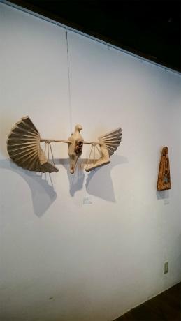 根津の喫茶ギャラリーで田村雅紀さん作品展 「命の在り方」をオブジェに