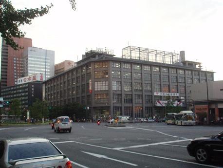 現在の大阪中央郵便局(写真手前)と大弘ビル(写真奥)