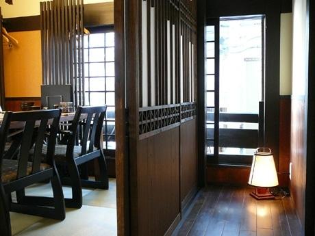 座敷に椅子を置いたスタイル。2階では最大30人までの団体予約に対応可能