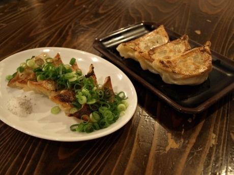 浪花餃子スタジアムに新しく出店した、玄武「豚トロ餃子」(左)と包王「牛とん包」(右)