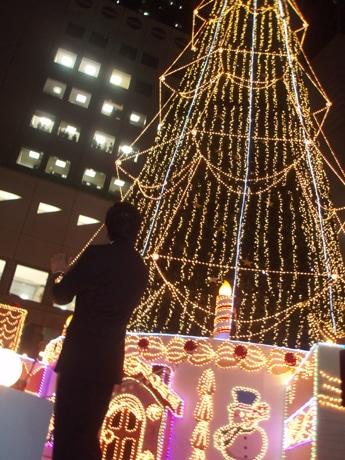 クリスマスツリー前特設ステージでの点灯式の様子