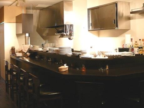 落ち着いた色合いにまとめられた「洋風創作レストラン プワル」の店内