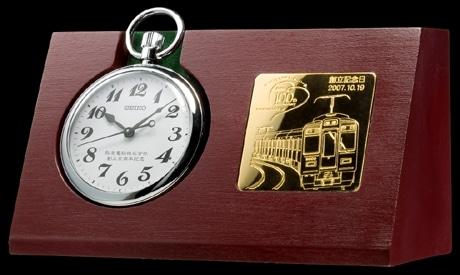 木製の専用スタンドとセットで販売される「阪急電鉄創立100周年記念鉄道時計」