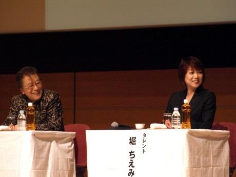 第2部のパネルディスカッションにパネリストとして出席した浜村淳さん(写真左)と堀ちえみさん(同右)