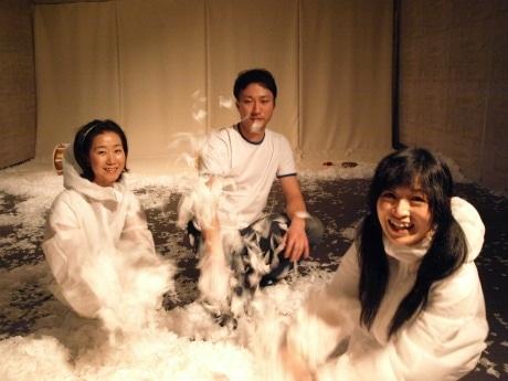キム・ジョミさん(写真左)、イ・ジュンヒョンさん(同中央)、空風晴恵さん(同右)3人の若手アーティストが現代美術で「微妙な三角関係」を表現