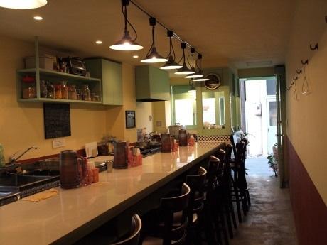 「亜州食堂チョウク」のカウンター席。「アジアのカジュアルな食堂」がコンセプト