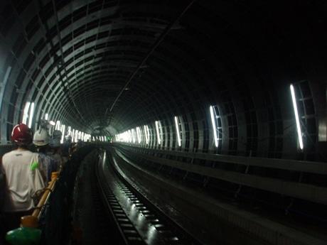 なにわ橋駅から中之島駅まで、作業用の通路を通り見学した