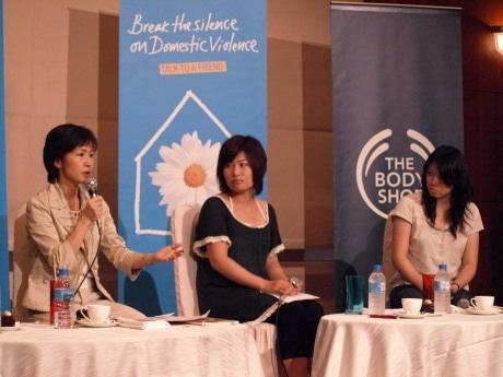 会場からの質問に答える片山三喜子さん(写真左)と、小藤弘美さん(同中央)、佐藤由衣さん(同右)