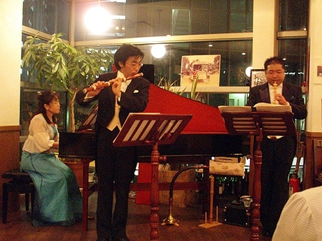 写真左=チェンバロ奏者の吉竹百合子さん、中央=バロック・フルート奏者の森本英希さん、右=バロック・オーボエ奏者の赤坂放笛さん