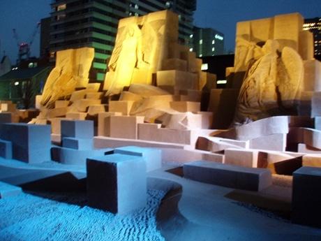 大阪市立科学館北側公共広場に登場した砂の彫刻