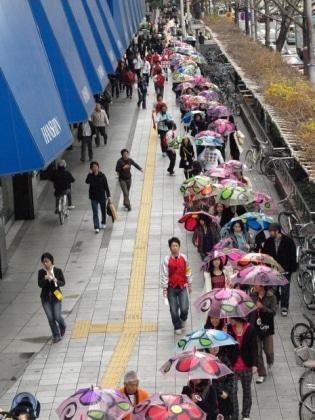 ビニール傘を差した100組のカップルが梅田の街を行進