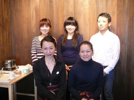 ハタヤ商会の松本亜弥さん(手前左)と山崎優子さん(同右)と、手作りせっけん教室の参加者