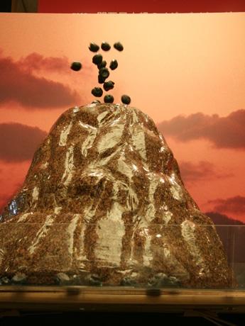 山からクッキー生地のシュー皮が飛び出す「火山のマグマシュー」