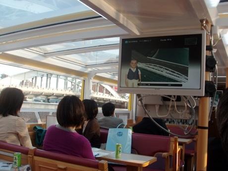 船内には4台のモニターを設置し、船の進行に合わせてキャラクターがガイドするムービーを上映する