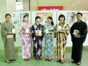 阪急電鉄、梅田で浴衣姿の社員が「夏の京都・嵐山キャンペーン」PR