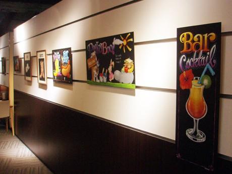 ブックファースト梅田店3階「Living Cafe GALLERY」では15点の作品を展示している