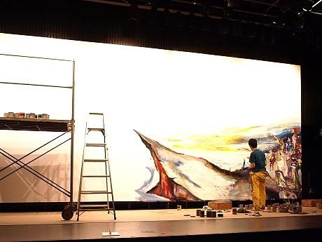 約10メートル×3.6メートルのキャンバスに向かい、作品を仕上げる様子を見せるライブドローイング