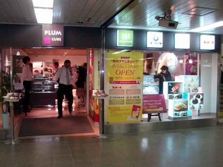 リニューアルオープン直後の「PLUM CUBE」。店内は開店を待ちわびた人たちで混雑していた