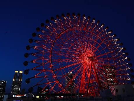 梅田の赤い観覧車が再開