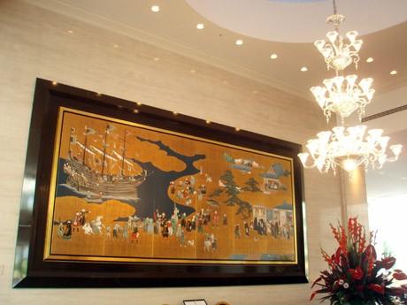 1階メインロビー前に展示する美術陶板壁画「南蛮屏風図」