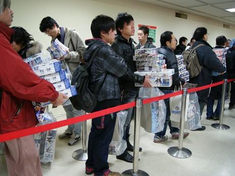 開場15分後には目当てのガンプラを買い求める来店客でレジ前に列ができた